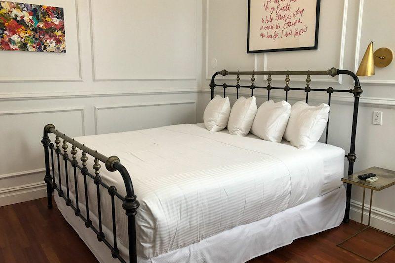 LIFE Hotel queen bed
