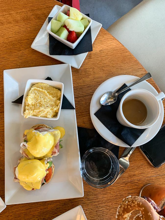 Cafe 1500 - eggs benedict